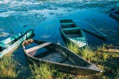 被放弃的老木渔船在Summer湖或河 美好的夏天 免版税图库摄影