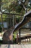 被放弃的老水滑道在公园 免版税库存照片