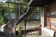 被放弃的老水滑道在公园 免版税库存图片