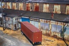 被放弃的老生锈的仓库大厦 图库摄影
