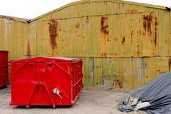 被放弃的老生锈的仓库大厦 库存图片