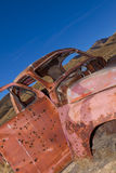 被放弃的老生锈的卡车 免版税库存照片