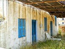 被放弃的老白色希腊房子 免版税库存照片