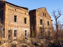 被放弃的老砖房子 免版税库存照片