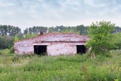 被放弃的老砖飞机棚 库存图片