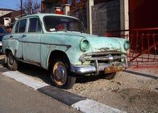 被放弃的老脏的汽车 免版税库存照片
