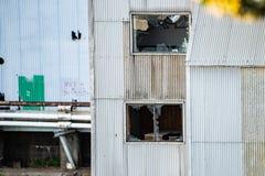 被放弃的老落分开生锈的工厂 免版税库存照片