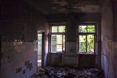 被放弃的老被破坏的医院,破坏黑暗的大厦 免版税库存图片