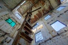 被放弃的老被破坏的工厂设备 免版税库存照片