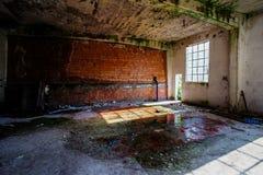 被放弃的老被破坏的工厂设备 库存照片