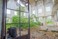 被放弃的老被破坏的工厂设备 免版税图库摄影