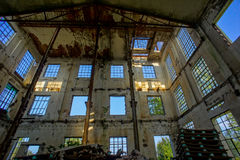 被放弃的老被破坏的工厂设备 库存图片