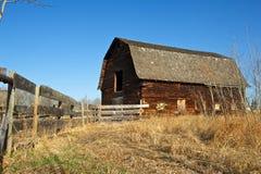 被放弃的老谷仓和木篱芭 免版税库存照片