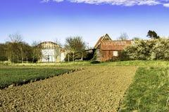 被放弃的老谷仓和棚子 免版税库存照片