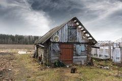 被放弃的老谷仓在农村地点 免版税库存图片