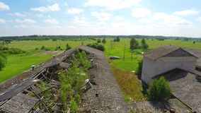 被放弃的老谷仓房子 残破的屋顶 低空飞行 空中英尺长度 影视素材