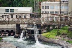 被放弃的老造纸厂工厂 免版税库存图片