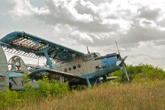 被放弃的老飞机废墟 免版税库存图片