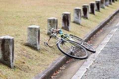 被放弃的自行车在途中的公园 免版税库存图片