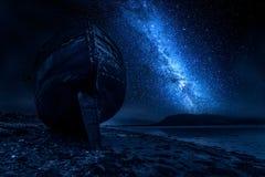被放弃的船击毁在威廉堡在晚上,苏格兰 免版税库存照片