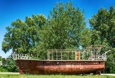 被放弃的船,留下在土地给腐烂 库存图片
