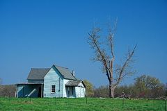 被放弃的蓝色农厂房子 免版税库存图片