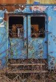 被放弃的蓝色火车无盖货车 免版税库存图片