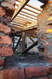 被放弃的行政大厦内部  工业工厂内部废墟  免版税库存照片