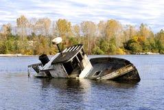 被放弃的被中断的小船 免版税库存照片