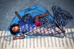 被放弃的被中断的汽车儿童孩子老贫穷腐烂流洒了二其中 库存照片