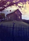 被放弃的被困扰的小山房子 库存图片