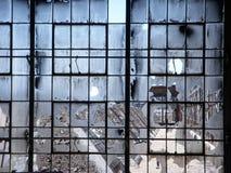 被放弃的被打碎的工厂视窗 图库摄影