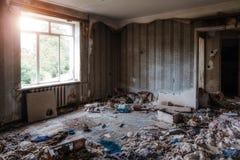 被放弃的被抛弃的公寓国内室内部  免版税图库摄影