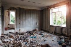 被放弃的被抛弃的公寓国内室内部  免版税库存照片