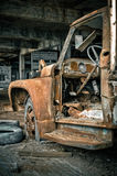 被放弃的被毁坏的生锈的卡车 免版税库存图片