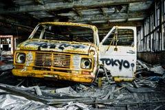 被放弃的被毁坏的街道画生锈的卡车 库存图片