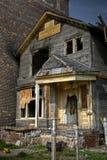 被放弃的被烧的房子 免版税库存照片