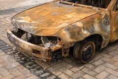 被放弃的被烧的汽车前面 免版税库存照片