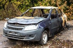 被放弃的被烧的汽车 免版税库存图片