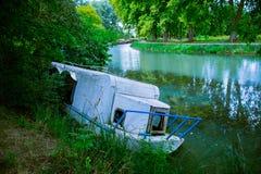 被放弃的被破坏的小船 图库摄影
