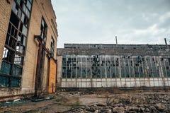 被放弃的被破坏的工业工厂厂房、废墟和爆破概念 免版税图库摄影