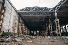 被放弃的被破坏的工业工厂厂房、废墟和爆破概念 免版税库存照片