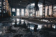 被放弃的被破坏的工业工厂厂房、废墟和爆破概念 图库摄影