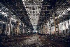 被放弃的被破坏的工业工厂厂房、废墟和爆破 免版税库存照片