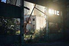 被放弃的被破坏的工业工厂厂房、废墟和爆破 库存图片