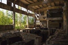 被放弃的被破坏的工业工厂厂房、废墟和爆破 图库摄影