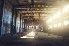 被放弃的被破坏的工业工厂厂房、走廊视图与透视,废墟和爆破概念 免版税库存图片