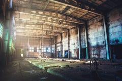 被放弃的被破坏的工业工厂厂房、走廊视图与透视,废墟和爆破概念 库存图片