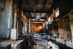 被放弃的被破坏的工业工厂厂房、走廊视图与透视,废墟和爆破概念 免版税图库摄影