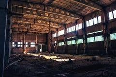 被放弃的被破坏的工业工厂厂房、走廊视图与透视,废墟和爆破概念 免版税库存照片
